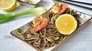 Фото рецепта Гречневая лапша соба с креветками и овощами в соусе Пад Тай