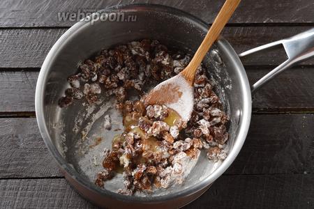 Поместить изюм (он будет слегка влажным, нам так и надо) в кастрюлю. Добавить мёд 2 ст. л. и муку 1 ст. л. Перемешать.