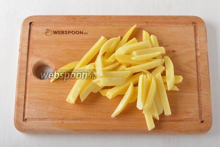 Картофель 300 г очистить и нарезать тонкими брусочками. Тщательно обсушить.