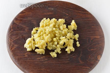 Картофель 70 г отварить в кожуре, очистить и нарезать кубиками.