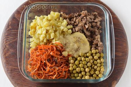 Соединить морковь, лук, консервированный горошек 120 г, печень, 4 ст. л. майонеза, картофель. Приправить солью 0,5 ч. л. и чёрным молотым перцем 0,1 ч. л.