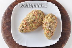 Выложить салат в форме «шишек».