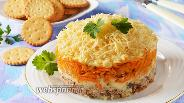 Фото рецепта Салат с крекерами и консервой