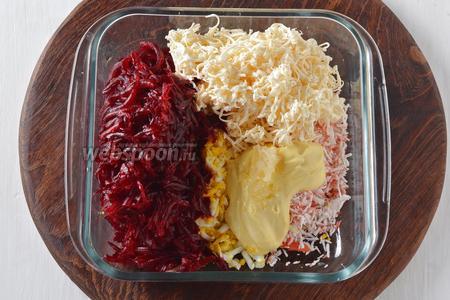 Соединить свёклу, крабовые палочки, яйца, плавленый сыр, 2 ст. л. майонеза, пропущенный через пресс очищенный чеснок (3 зубчика). Перемешать. Приправить по вкусу солью и чёрным молотым перцем.