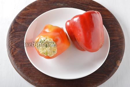 Нафаршированные перцы отправить в холодильник на 2-3 часа.