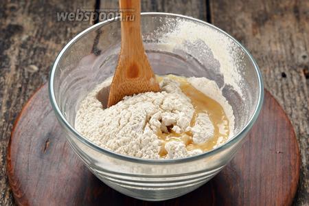 Муку 250 г просеять с солью 1 щепотка и растереть ложкой с подсолнечным маслом 1 ст. л.