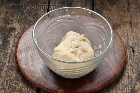 У вас должно получиться мягкое, очень приятное по консистенции тесто. Накрыть тесто пищевой плёнкой и оставить при комнатной температуре на 30 минут.