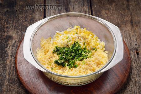 Соединить сыр, яйца, лук. Приправить чёрным молотым перцем 0,2 ч. л.
