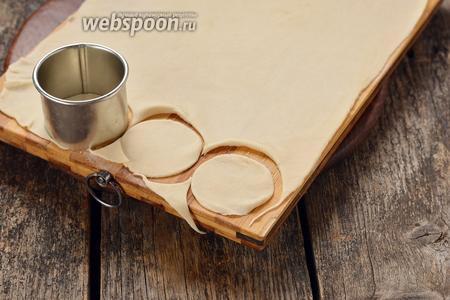 Раскатать тесто толщиной 1-1,5 миллиметра на слегка присыпанной мукой доске. Вырезать кружки.