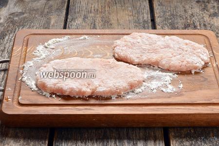 На подпылённой мукой доске из фарша сформировать лепёшки толщиной 5 миллиметров и обвалять их с обеих сторон в муке (5 ст. л.).