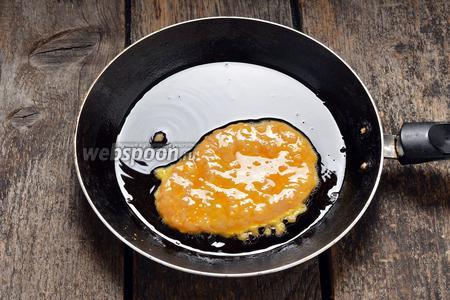 Выложить лепёшку на горячую сковороду с необходимым количеством подсолнечного масла (6 ст. л.). Обжаривать с обеих сторон до золотистого цвета (обжариваем под крышкой на среднем огне).