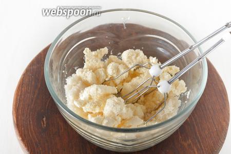 Масло комнатной температуры (150 грамм) соединить с сахаром (130 грамм) и взбить.