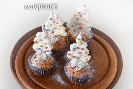 Готовые охлаждённые маффины украсить по своему желанию. Например, можно посыпать их сверху сахарной пудрой и украсить декором-ёлочкой.