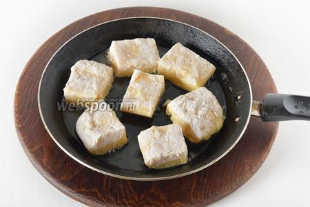 Обжарить квадратики на сковороде с подсолнечным маслом (3 ст. л.) со всех сторон до золотистого цвета.