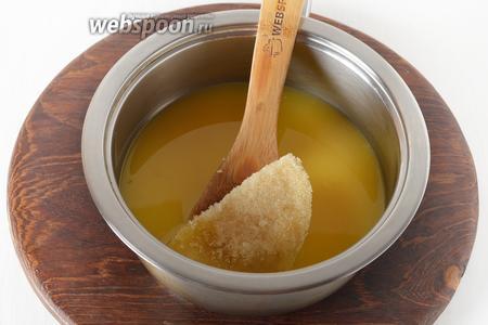 Мандариновый сок 350 мл соединить с сахаром 4 ст. л., довести до кипения, снять с огня. Добавить в сок набухший желатин и перемешать до полного растворения.