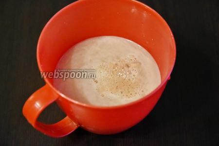 В тёплую воду (1 стакан) добавить быстродействующие дрожжи (7 грамм), сахар (1 ст. л.) и соль (0,5 ч. л.). Размешать до полного растворения.