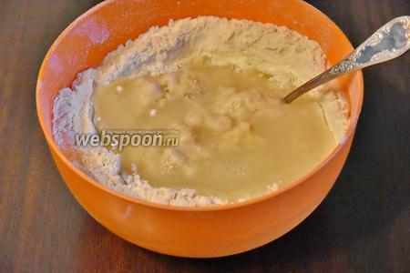 Добавить кипяток (1 стакан) и быстро замесить тесто.