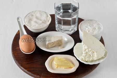 Для работы нам понадобятся яйца, сахар, мука, творог, ванильный сахар, живые дрожжи, вода, сливочное масло.