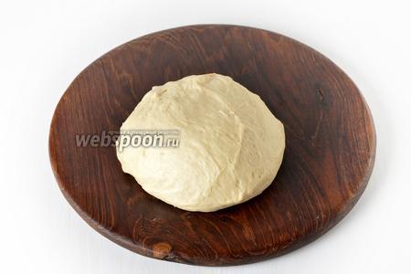 Выложить тесто в миску, смазанную тонким слоем сливочного масла, накрыть полотенцем и оставить в тёплом месте на 1,5 часа.