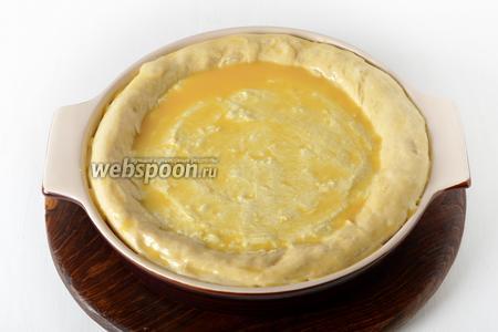 Смазать оставшимся яйцом начинку и тесто. Оставить в тёплом месте на 15 минут.