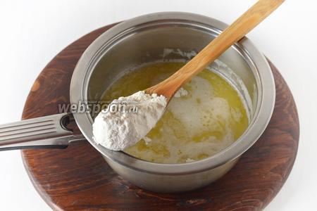 В кипящую смесь ввести просеянную муку 160 грамм.