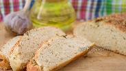 Фото рецепта Хлеб без закваски с чесночной корочкой