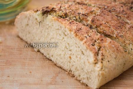 Готовый хлеб остужаем до комнатной температуры, разрезаем и подаём к обеду. Приятного аппетита!