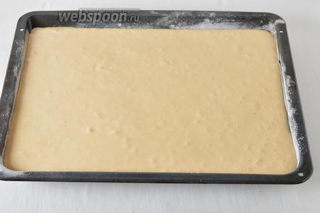 Форму (размером 30х40 сантиметров) выложить кулинарной бумагой, которую можно смазать тонким слоем подсолнечного масла (1 ст. л.) и посыпать мукой (1 ст. л.). Вылить тесто в форму.