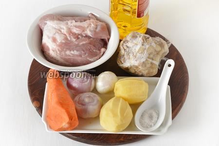 Для работы нам понадобится свинина, морковь, картофель, репчатый лук, замороженные белые грибы (перед заморозкой они были отварены до готовности), подсолнечное масло, соль, лавровый лист.