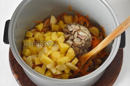Добавить очищенный и нарезанный небольшими кусочками картофель (200 грамм), а также замороженные белые грибы (300 грамм) и воду (100 мл). Перемешать. Готовить 10 минут. Переключить мультиварку на режим «Тушение» и готовить 1 час 20 минут (до готовности мяса и картофеля). За 5 минут готовности выложить в чашу 1 лавровый лист.