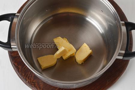50 мл воды соединить со сливочным маслом (50 грамм), довести до кипения.