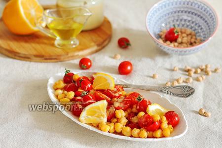 Салат из нута и помидоров, заправленный тахини