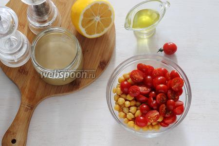 Переложить оба ингредиента в миску, заправить по вкусу оливковым маслом, лимонным соком, посолить, поперчить (по 1 щепотке) и перемешать.
