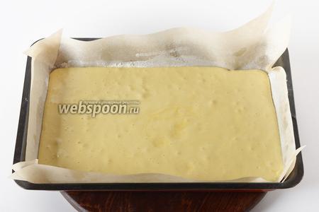 Вылить тесто в форму (размером 20х35 сантиметров), застеленную пергаментом.
