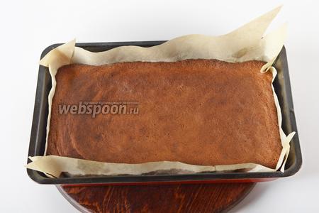 Выпекать при 180°С 10-12 минут до готовности бисквита (до сухой лучинки, но не перепечь!). Горячий корж свернуть вместе с бумагой рулетом (но не слишком плотно). Оставить до полного остывания.