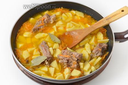 Добавить очищенный и нарезанный небольшими кусочками картофель (200 грамм), 2 лавровый листа. Влить столько отвара от шей, чтобы он слегка покрывал картофель. Приправить солью (5 грамм).