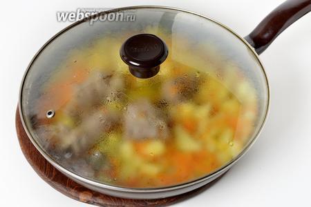 Довести до кипения и готовить на минимальном огне под крышкой, приблизительно 20 минут (до готовности картофеля и мяса).