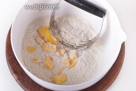 260 грамм муки просеять, соединить её с разрыхлителем (15 грамм), сахаром (110 грамм) и нарезанным кусочками холодным сливочным маслом (120 грамм).
