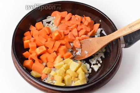 Добавить очищенные и нарезанные небольшими кусочками овощи: 150 грамм тыквы, 50 грамм картофеля и 70 грамм моркови. Обжаривать, помешивая, 2-3 минуты.