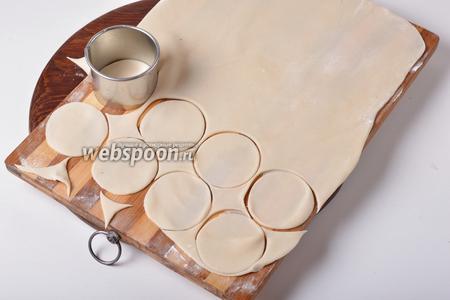 Раскатать тесто толщиной 1,5 миллиметра, вырезать кружки.