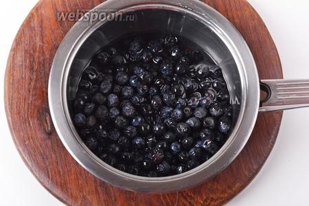 500 грамм тёрна промыть, выложить в кастрюлю с водой (150 мл) и проварить 15-20 минут. Если мякоть хорошо отходит от косточек, тёрн сварился.