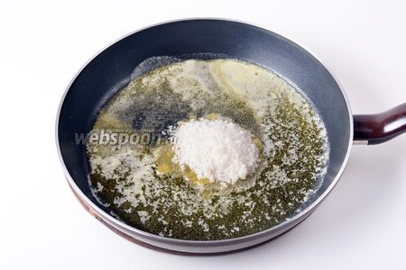 Добавить 100 грамм сахара, перемешать и готовить несколько минут, пока сахар не растает и не приобретёт янтарный цвет. Не передержите смесь, чтобы сахар не сгорел.