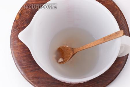 Воду нагреть до 37-38°С. Соединить её с сахаром (3 грамма) и дрожжами (7 грамм). Перемешать. Оставить на 5 минут.