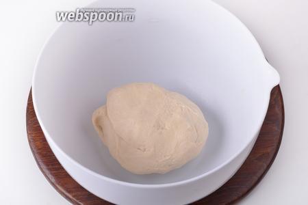 Затем добавить подсолнечное масло (7 мл) и замесить тесто.