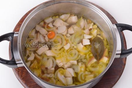 Выложить обжаренные овощи в кастрюлю. Добавить 15 грамм соли, 2 лавровых листа, 3 перца чёрного горошком. Довести до кипения и готовить ещё 5-7 минут.