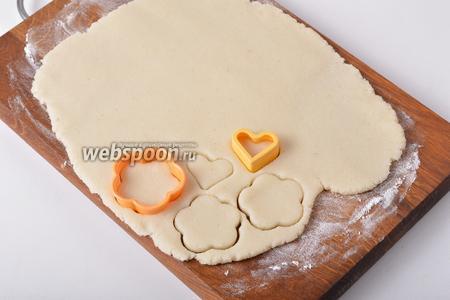 На подпылённой мукой доске раскатать тесто в пласт толщиной 0,5-0,6 сантиметра и, вырубками для печенья, вырезать фигурные клёцки.