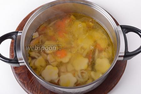 Выложить клёцки в суп (огонь должен быть минимальным, а суп не должен активно бурлить). Готовить 2-3 минуты. Снять с огня.