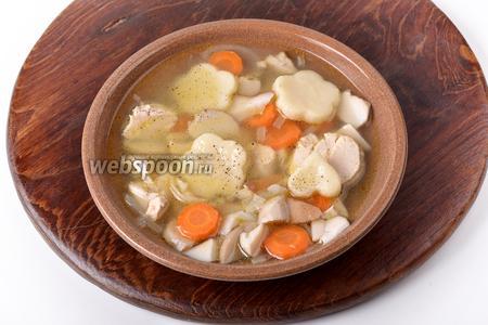 Подавать суп, посыпав чёрным молотым перцем (2 грамма), со сметаной.