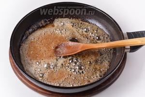 Нагревать, помешивая, несколько минут, пока сахар не закарамелизируется. Добавить 150 мл кипящей воды и 30 мл вина. Перемешать до растворения комочков сахара.