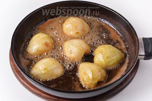 Выложить груши срезом вниз в горячую карамель. Проварить 5 минут, поливая груши сверху карамелью.